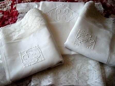 dentelle linge ancien drap nappe monogramme brode damasse dentelle mouchoir mariee dessus lit. Black Bedroom Furniture Sets. Home Design Ideas